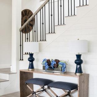 中サイズのタイルのおしゃれなかね折れ階段 (木の蹴込み板、混合材の手すり) の写真