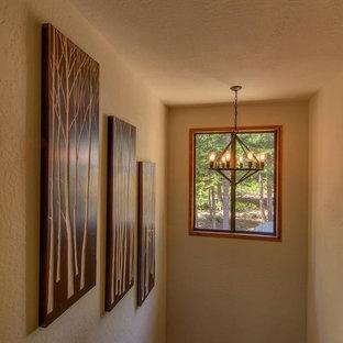 Diseño de escalera en U, romántica, de tamaño medio, con escalones de madera y contrahuellas de madera