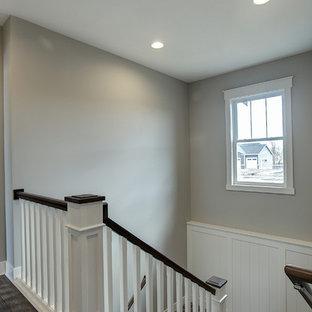 Ejemplo de escalera en L, de estilo americano, pequeña, con escalones enmoquetados, contrahuellas enmoquetadas y barandilla de madera