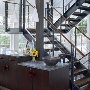 Diseño de escalera en U, actual, sin contrahuella, con escalones de madera y barandilla de cable