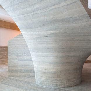 Idéer för en mycket stor modern svängd trappa i kalk, med sättsteg i kalk