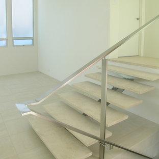 デンバーのミッドセンチュリースタイルのおしゃれな階段の写真