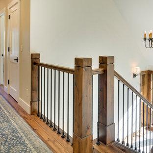 Diseño de escalera en U, rústica, con escalones de madera y contrahuellas de madera