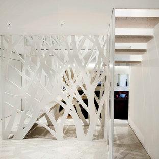 Foto de escalera suspendida, moderna, de tamaño medio, sin contrahuella, con escalones de piedra caliza