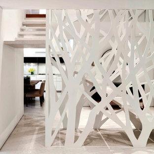 Diseño de escalera suspendida, minimalista, de tamaño medio, sin contrahuella, con escalones de piedra caliza