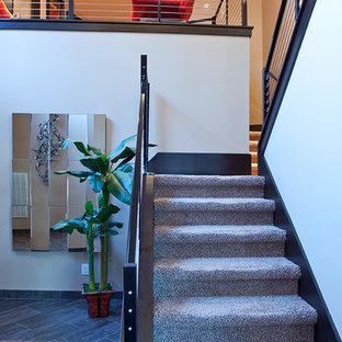"""Ispirazione per una scala a """"L"""" minimal di medie dimensioni con pedata in moquette e alzata in moquette"""