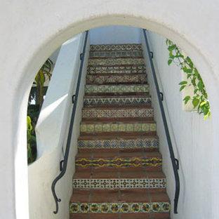 サンタバーバラの中サイズのタイルの地中海スタイルのおしゃれな直階段 (タイルの蹴込み板) の写真