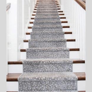 Gerade, Mittelgroße Klassische Treppe mit Teppich-Treppenstufen, Teppich-Setzstufen, Holzgeländer und Wandpaneelen in Tampa