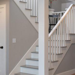 Ejemplo de escalera en U, de estilo de casa de campo, de tamaño medio, con escalones de madera pintada y contrahuellas de madera