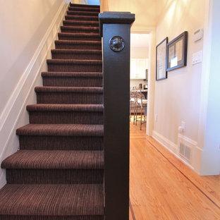 Aménagement d'un petit escalier droit éclectique avec des marches en moquette et des contremarches en moquette.