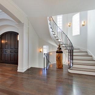 Inspiration för mellanstora moderna svängda trappor i trä, med sättsteg i målat trä
