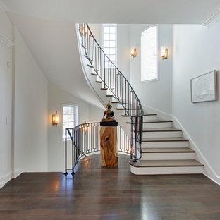 Idéer för att renovera en mellanstor funkis svängd trappa i trä, med sättsteg i målat trä och räcke i metall