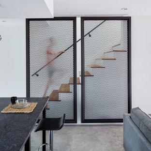 Diseño de escalera recta, contemporánea, pequeña, con escalones de madera, contrahuellas de madera pintada y barandilla de metal