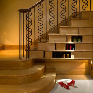 Imagen de escalera clásica renovada con escalones de madera y contrahuellas de madera