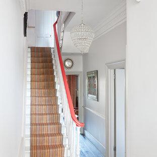 Foto de escalera recta, bohemia, pequeña, con escalones enmoquetados y contrahuellas enmoquetadas