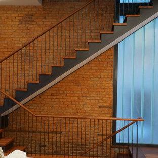 Modelo de escalera suspendida, contemporánea, de tamaño medio, con escalones de madera y contrahuellas de metal