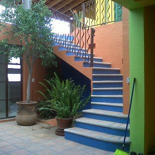 Foto de escalera de caracol, tradicional, grande, con escalones de hormigón y contrahuellas con baldosas y/o azulejos