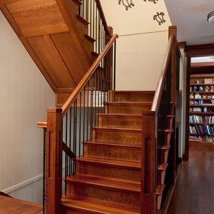 Ispirazione per una scala a rampa dritta stile americano di medie dimensioni con pedata in legno, alzata in legno e parapetto in metallo