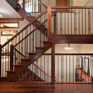 """Idee per una scala a """"U"""" stile americano con pedata in legno, alzata in legno e parapetto in materiali misti"""
