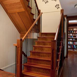 Imagen de escalera recta, de estilo americano, con escalones de madera, contrahuellas de madera y barandilla de varios materiales