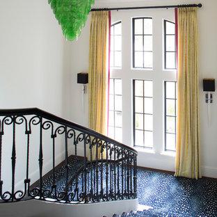 Imagen de escalera en U, bohemia, con escalones de madera y barandilla de varios materiales