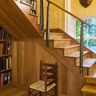 Modelo de escalera contemporánea con escalones de madera, contrahuellas de madera y barandilla de cable