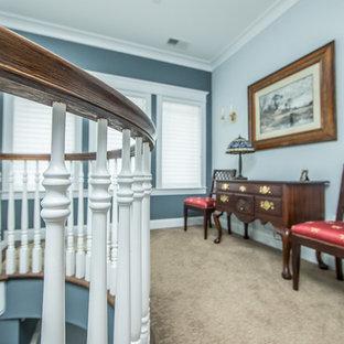ワシントンD.C.の中サイズの木のトラディショナルスタイルのおしゃれなサーキュラー階段 (木の蹴込み板、木材の手すり) の写真