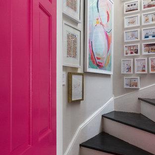 Diseño de escalera curva, clásica renovada, de tamaño medio, con escalones de madera y contrahuellas de madera pintada