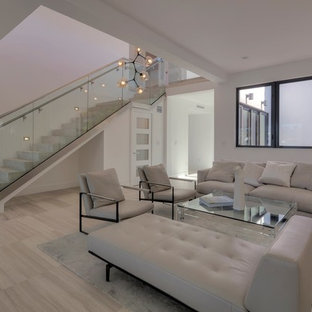 Foto de escalera recta, moderna, de tamaño medio, con escalones de hormigón, contrahuellas de hormigón y barandilla de vidrio