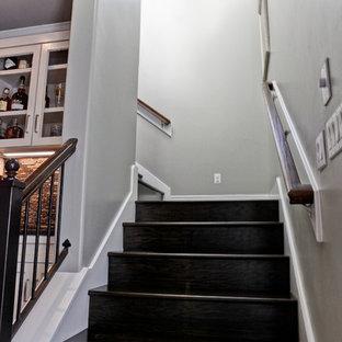 オースティンの小さい木のトランジショナルスタイルのおしゃれなかね折れ階段 (木の蹴込み板、木材の手すり) の写真