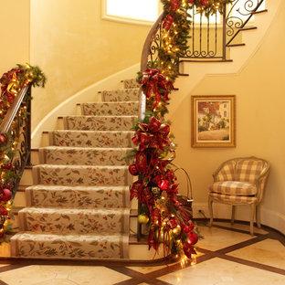 ヒューストンの木のトラディショナルスタイルのおしゃれなサーキュラー階段の写真