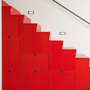 На фото: прямая лестница среднего размера в стиле модернизм