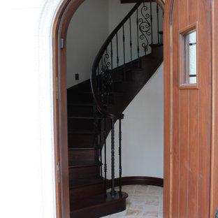 Imagen de escalera curva, tradicional renovada, pequeña, con escalones de madera, contrahuellas de madera y barandilla de varios materiales