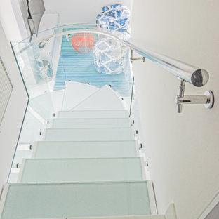 Foto de escalera en U, marinera, de tamaño medio, sin contrahuella, con escalones de vidrio y barandilla de vidrio