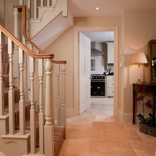 Foto de escalera campestre, de tamaño medio, con escalones de hormigón y contrahuellas enmoquetadas