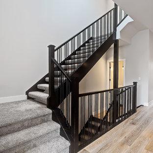 Modelo de escalera recta, tradicional renovada, con escalones enmoquetados, contrahuellas enmoquetadas y barandilla de varios materiales