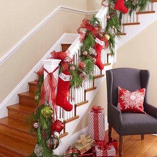 シャーロットの大きい木のトランジショナルスタイルのおしゃれなかね折れ階段 (木の蹴込み板) の写真