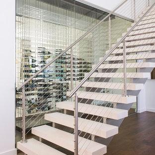 Diseño de escalera suspendida, actual, sin contrahuella, con barandilla de cable