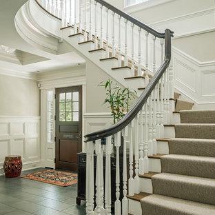 ボストンの中サイズの木のトラディショナルスタイルのおしゃれなかね折れ階段 (フローリングの蹴込み板、木材の手すり) の写真