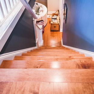 Foto de escalera recta, tradicional, con escalones de madera y contrahuellas de madera
