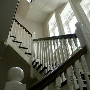 Modelo de escalera en L, clásica, grande, con escalones de madera y contrahuellas de madera pintada