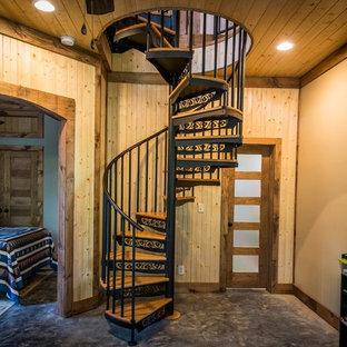 Ejemplo de escalera de caracol, rural, con escalones de madera y contrahuellas de metal