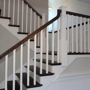 Imagen de escalera en U, de estilo americano, grande, con escalones de madera y contrahuellas de madera