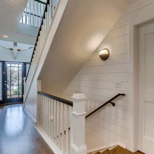 Idéer för att renovera en mellanstor lantlig trappa, med sättsteg i trä och räcke i trä