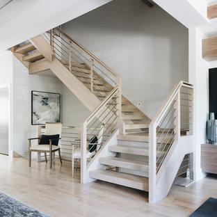 Diseño de escalera en L, actual, de tamaño medio, sin contrahuella, con escalones de madera y barandilla de varios materiales