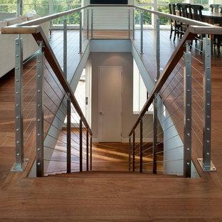 Modelo de escalera recta, minimalista, de tamaño medio, con barandilla de cable y escalones de madera
