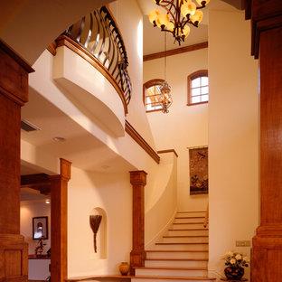 Imagen de escalera curva, mediterránea, de tamaño medio, con escalones de madera y contrahuellas de madera pintada