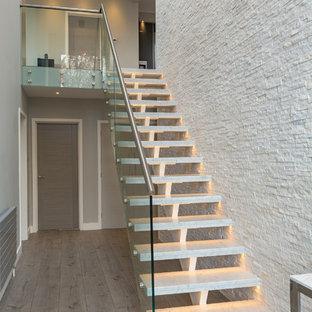 Foto de escalera suspendida, actual, sin contrahuella, con escalones de mármol