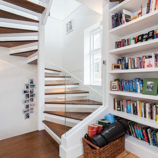 Imagen de escalera curva, contemporánea, pequeña, sin contrahuella, con escalones de madera