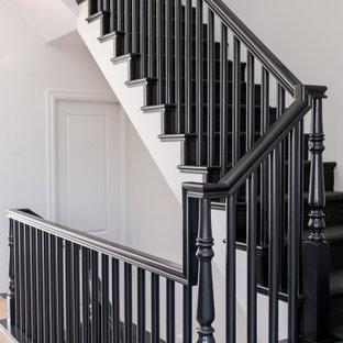 """Ispirazione per una scala a """"U"""" classica di medie dimensioni con pedata in legno, alzata in legno e parapetto in legno"""